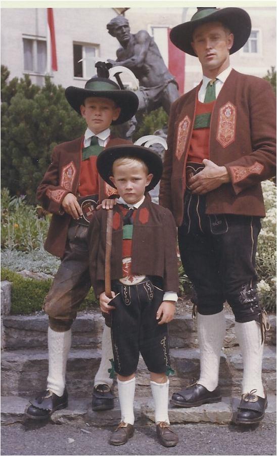 Besonderes Bild: Söhne Herbert (Bildmitte) und Gottfried mit stolzem Vater Hubert, 1963